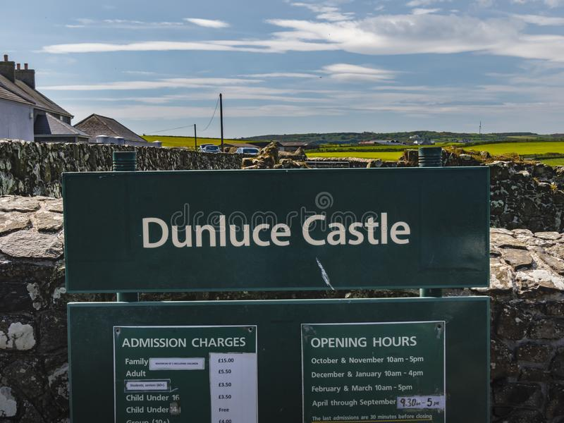 Το Dunluce Castle είναι ένα δημοφιλή ορόσημο και ένα παιχνίδι της θέσης μαγνητοσκόπησης θρόνων στη Βόρεια Ιρλανδία - BUSHMILLS, U στοκ εικόνες με δικαίωμα ελεύθερης χρήσης