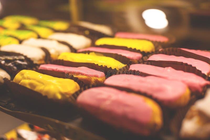 Το ECLAIR στο παράθυρο αρτοποιείων στοκ φωτογραφίες