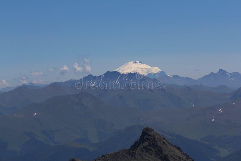 Το Elbrus επικολλά μακρυά στοκ φωτογραφία