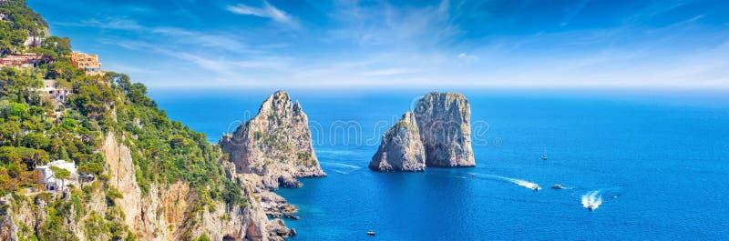 Το Faraglioni λικνίζει κοντά στο νησί Capri, Ιταλία στοκ εικόνα