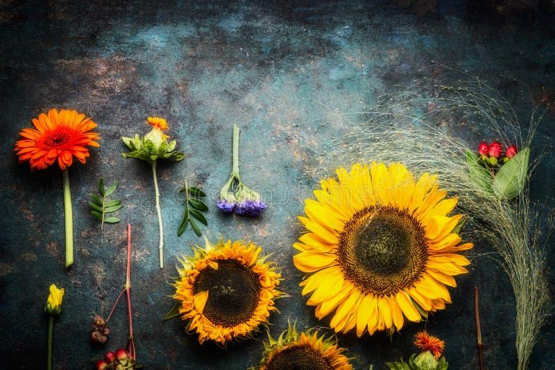 Το Floral επίπεδο βάζει με τους ηλίανθους στο σκοτεινό εκλεκτής ποιότητας υπόβαθρο στοκ εικόνες