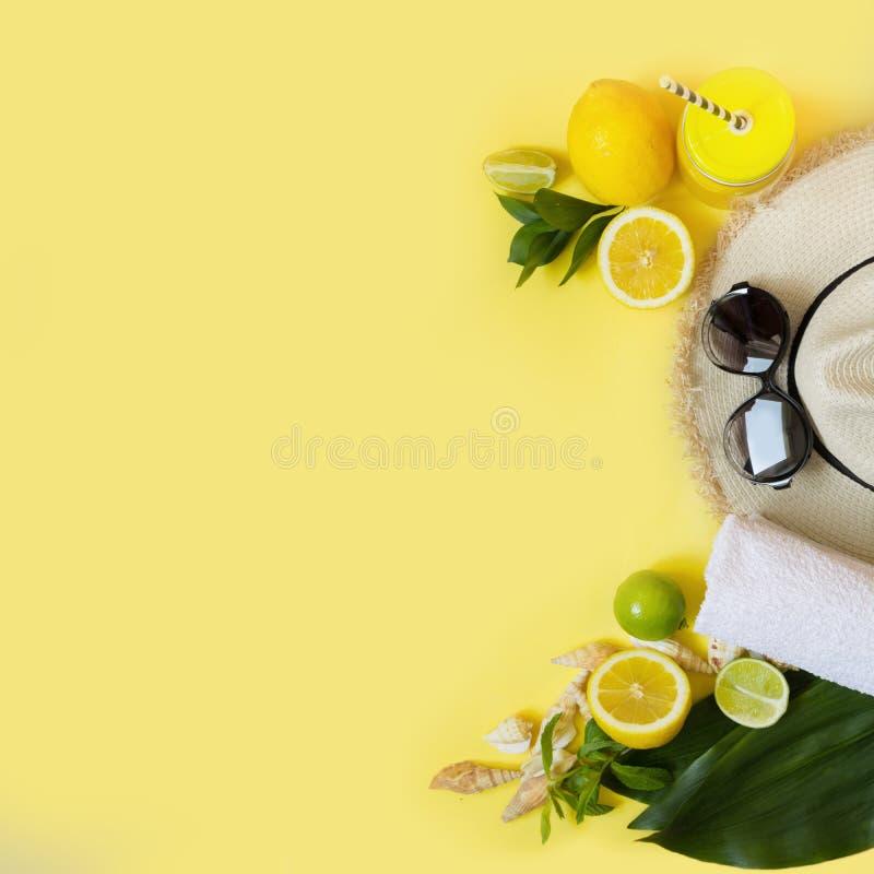 Το foman ` s καπέλο αχύρου, τα γυαλιά ήλιων και το εξάρτημα παραλιών με το citrics detox ποτίζουν σε κίτρινο Τοπ όψη Επίπεδος βάλ στοκ εικόνα με δικαίωμα ελεύθερης χρήσης
