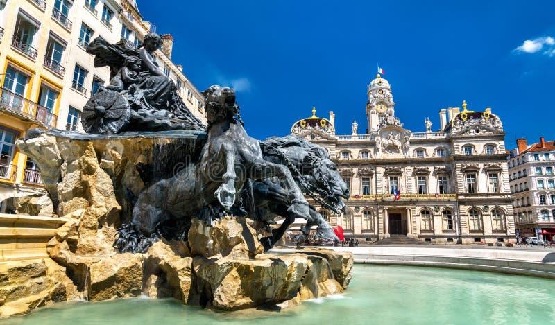 Το Fontaine Bartholdi και Λυών Δημαρχείο στη θέση des Terreaux, Γαλλία στοκ εικόνα