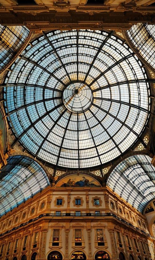 Το Galleria Vittorio Emanuele ΙΙ θόλος γυαλιού και αγορές arcad στοκ φωτογραφίες με δικαίωμα ελεύθερης χρήσης
