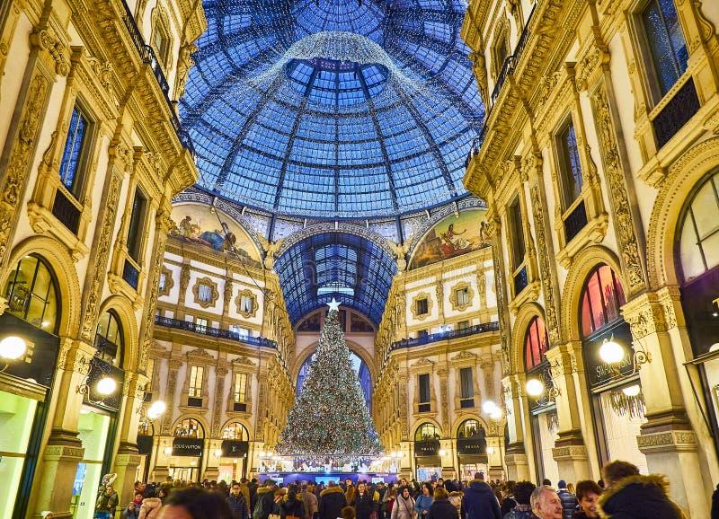 Το Galleria Vittorio Emanuele ΙΙ που φωτίζεται από τα φω'τα Χριστουγέννων και ένα shinny χριστουγεννιάτικο δέντρο Μιλάνο, Λομβαρδ στοκ εικόνα με δικαίωμα ελεύθερης χρήσης