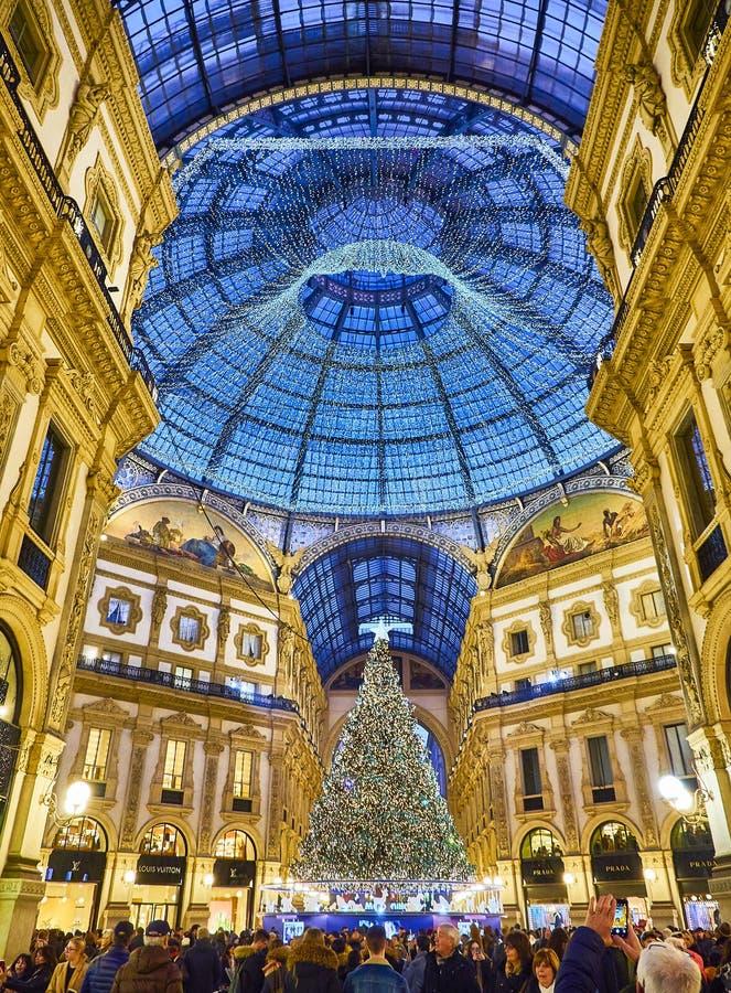 Το Galleria Vittorio Emanuele ΙΙ που φωτίζεται από τα φω'τα Χριστουγέννων και ένα shinny χριστουγεννιάτικο δέντρο Μιλάνο, Λομβαρδ στοκ φωτογραφία με δικαίωμα ελεύθερης χρήσης