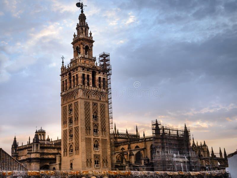 Το Giralda ισπανικά: Το Λα Giralda είναι ο πύργος κουδουνιών του καθεδρικού ναού της Σεβίλης στη Σεβίλη, Ισπανία στοκ εικόνα