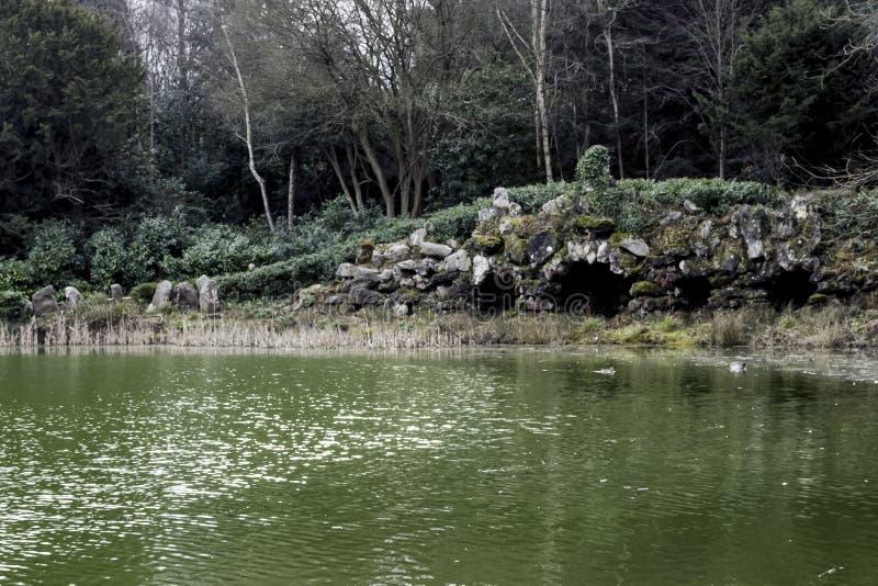 Το Grotto - παλαιά γέφυρα στον κήπο τοπίων Claremont στοκ φωτογραφίες