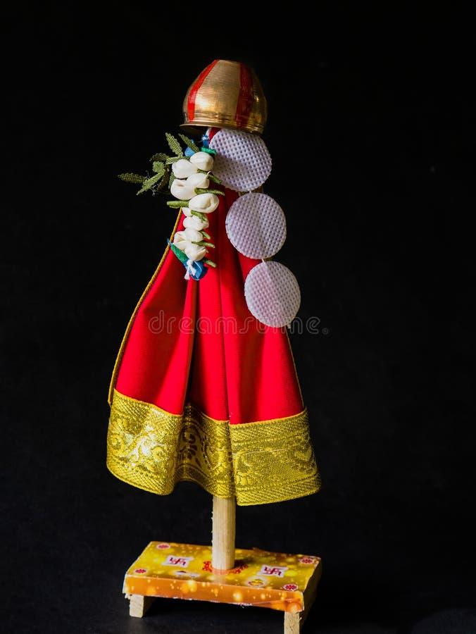 Το Gudi Padwa ένα Cosept Gudhi μια σημαία, με τα λουλούδια, και neem τα φύλλα, που ολοκληρώθηκαν με το χαλκό vesse στοκ εικόνα με δικαίωμα ελεύθερης χρήσης