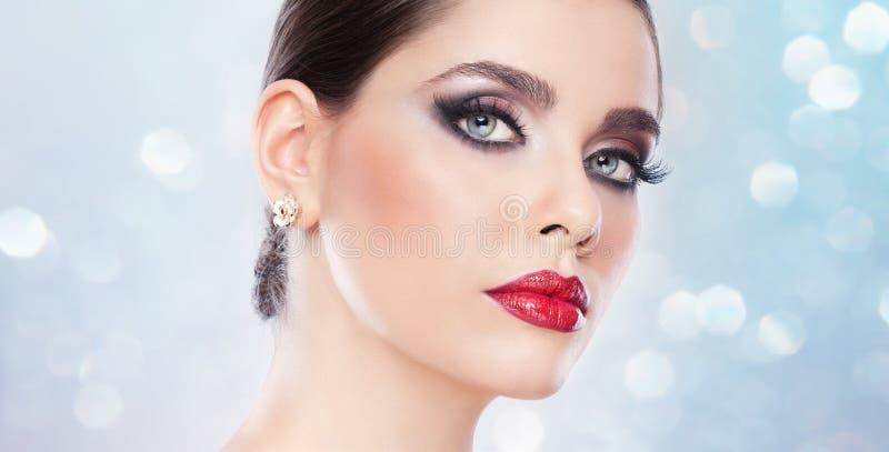 Το Hairstyle και αποτελεί - όμορφο θηλυκό πορτρέτο τέχνης με τα όμορφα μάτια. Κομψότητα. Γνήσιο φυσικό brunette στο στούντιο. Πορτ στοκ φωτογραφία με δικαίωμα ελεύθερης χρήσης