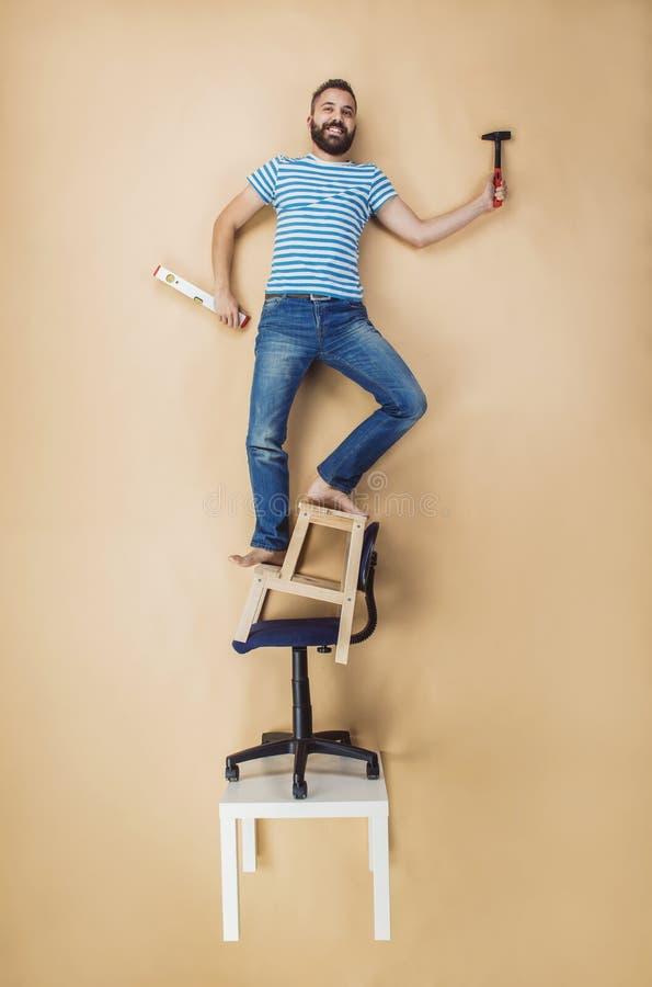 Το Handyman σε έναν επικίνδυνο θέτει στοκ εικόνες