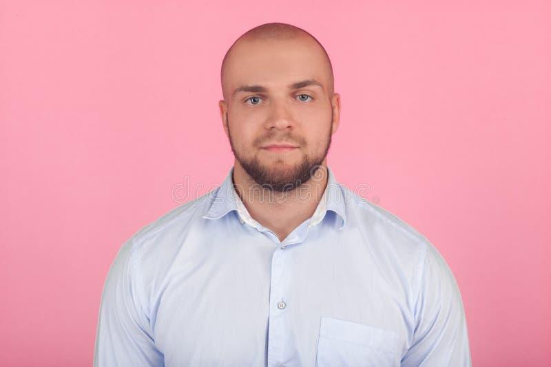 Το Headshot του φαλακρού σοβαρού νέου αρσενικού blogger εξετάζει με βεβαιότητα τη κάμερα, σκέφτεται για το νέο περιεχόμενο ιστοσε στοκ εικόνα