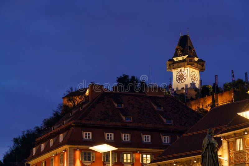 Το Hill Schlossberg ή του Castle με τον πύργο Uhrturm τη νύχτα, στοκ εικόνα με δικαίωμα ελεύθερης χρήσης