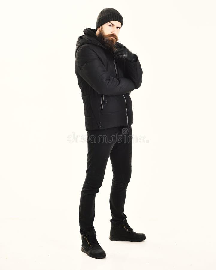 Το Hipster με το στοχαστικό πρόσωπο φορά τα θερμά ενδύματα Μοντέρνος τύπος στο σακάκι και το καπέλο, που απομονώνονται στο άσπρο  στοκ εικόνες