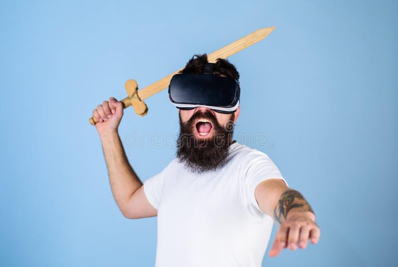 Το Hipster να φωνάξει στο πρόσωπο απολαμβάνει το παιχνίδι παιχνιδιού στην εικονική πραγματικότητα Έννοια VR gamer Τύπος με τοποθε στοκ εικόνες