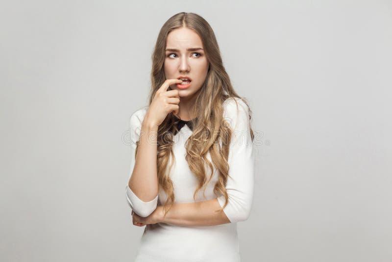Το Hmm, άφησε ` s μου σκέφτεται Όμορφη γυναίκα σύγχυσης σχετικά με τα δάχτυλα στοκ εικόνες