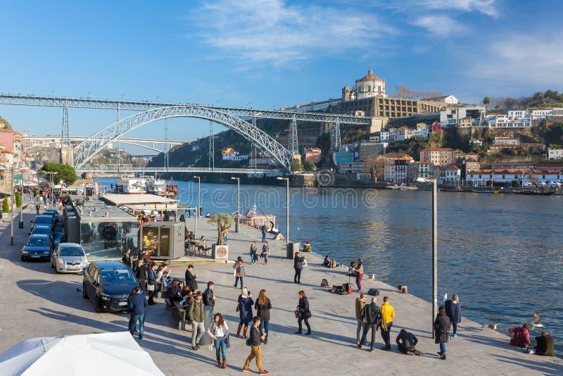 Το Iew του ιστορικού κέντρου πόλεων με την όχθη ποταμού Douro και τα διάσημα DOM Luiz ponte γεφυρώνουν στο Πόρτο, Πορτογαλία στοκ φωτογραφία με δικαίωμα ελεύθερης χρήσης