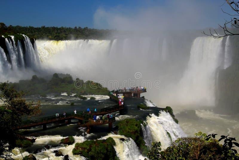 Το Iguazu πέφτει συγκλονίζοντας διάβαση πεζών στοκ φωτογραφίες