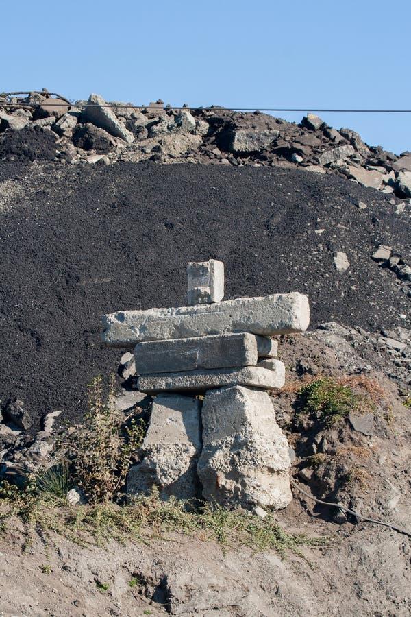 Το Inukshuk είναι ένα συμβολικό γλυπτό βράχου χτίζει αρχικά από ένα άτομο Inuit Ήταν ένα σύμβολο των χειμερινών Ολυμπιακών Αγωνών στοκ εικόνες με δικαίωμα ελεύθερης χρήσης