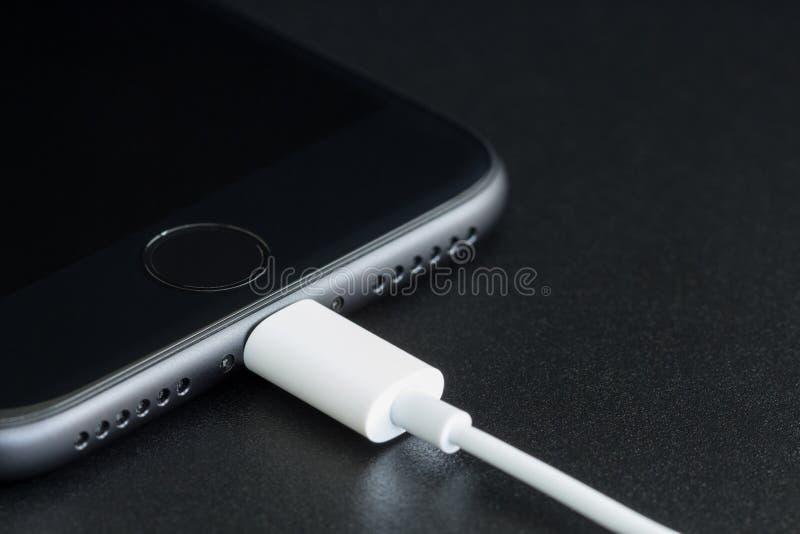 Το iPhone 7 κινηματογραφήσεων σε πρώτο πλάνο ο Μαύρος μεταλλινών συνδέει με το καλώδιο usb στοκ εικόνες με δικαίωμα ελεύθερης χρήσης