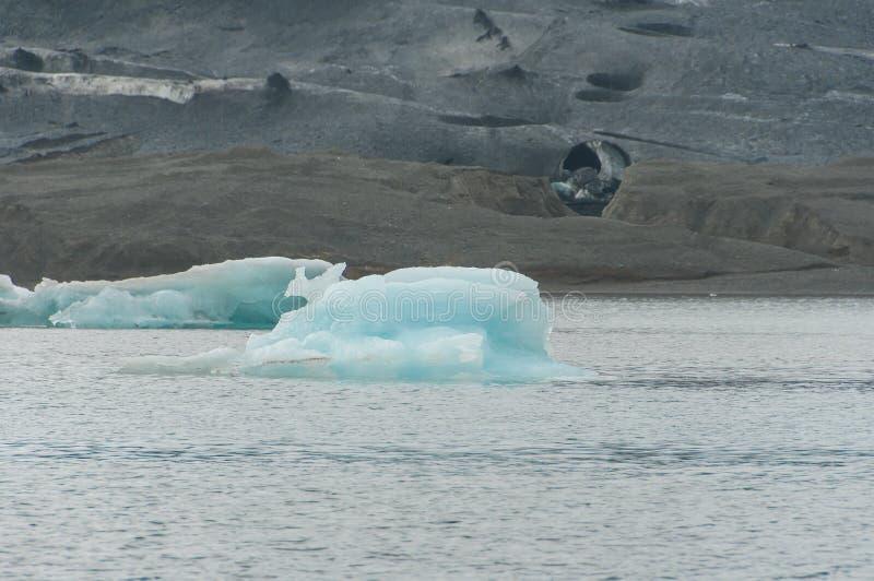 Το Jökulsà ¡ rlà ³ ν είναι μια παγετώδης λίμνη στην Ισλανδία, τοποθετημένος νότος του παγετώνα Vatnajökull, από μια μαύρη παραλ στοκ φωτογραφία