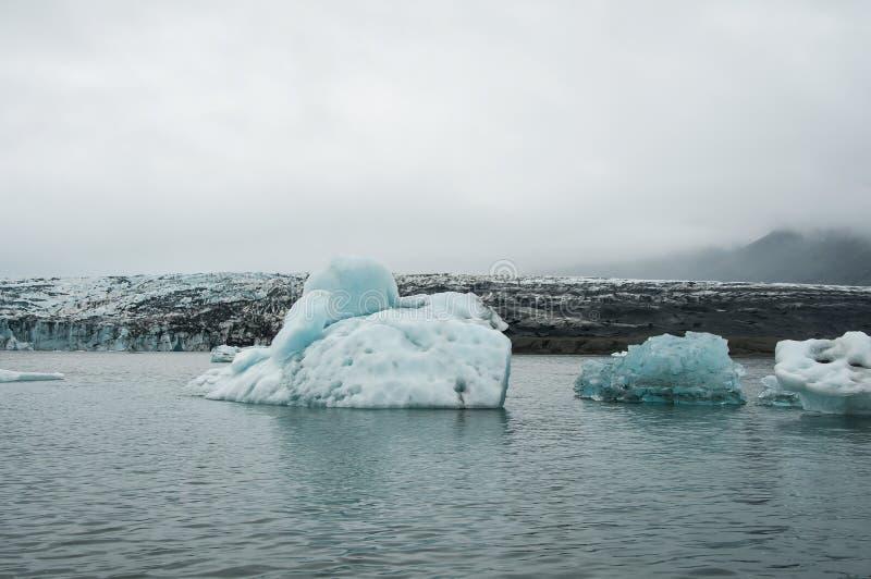 Το Jökulsà ¡ rlà ³ ν είναι μια παγετώδης λίμνη στην Ισλανδία, τοποθετημένος νότος του παγετώνα Vatnajökull, από μια μαύρη παραλ στοκ φωτογραφίες με δικαίωμα ελεύθερης χρήσης