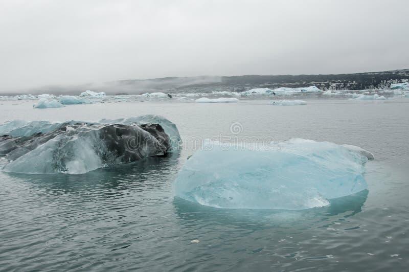 Το Jökulsà ¡ rlà ³ ν είναι μια παγετώδης λίμνη στην Ισλανδία, τοποθετημένος νότος του παγετώνα Vatnajökull, από μια μαύρη παραλ στοκ εικόνες