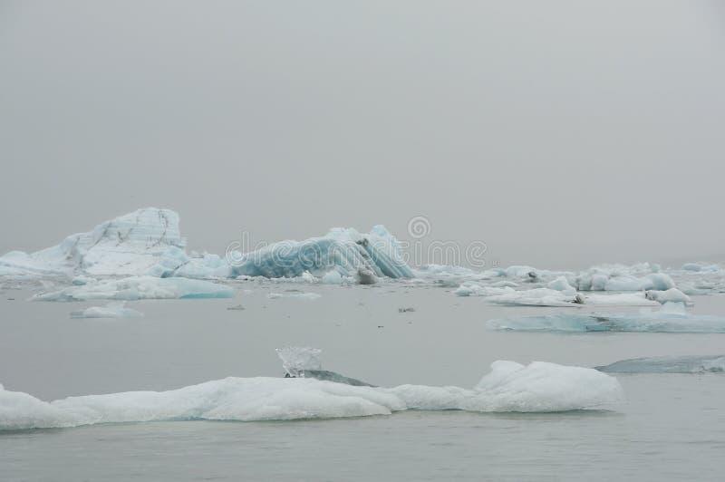 Το Jökulsà ¡ rlà ³ ν είναι μια παγετώδης λίμνη στην Ισλανδία, τοποθετημένος νότος του παγετώνα Vatnajökull, από μια μαύρη παραλ στοκ εικόνα με δικαίωμα ελεύθερης χρήσης