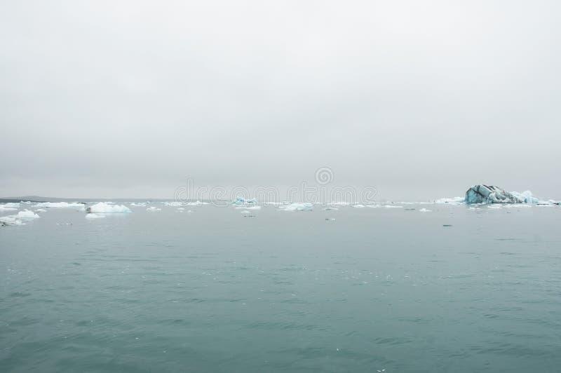 Το Jökulsà ¡ rlà ³ ν είναι μια παγετώδης λίμνη στην Ισλανδία, τοποθετημένος νότος του παγετώνα Vatnajökull, από μια μαύρη παραλ στοκ φωτογραφία με δικαίωμα ελεύθερης χρήσης