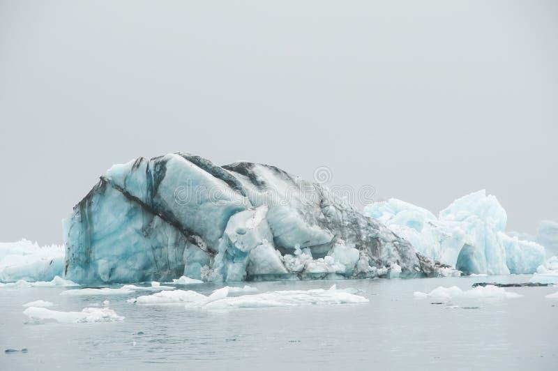 Το Jökulsà ¡ rlà ³ ν είναι μια παγετώδης λίμνη στην Ισλανδία, τοποθετημένος νότος του παγετώνα Vatnajökull, από μια μαύρη παραλ στοκ εικόνα