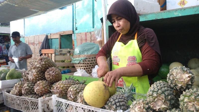 Το Jeruk Μπαλί, ένας έμπορος ξεφλουδίζει την από το Μπαλί φλούδα στην αγορά Yogyakarta Kranggan, στις 22 Απριλίου 2019 στοκ φωτογραφίες