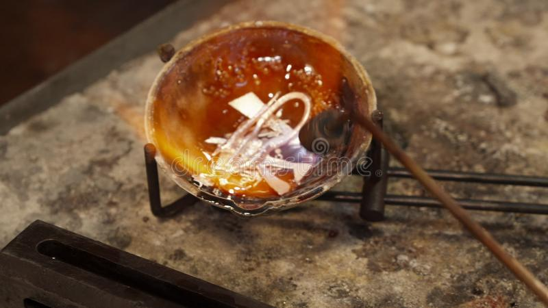 Το Jeweler λειώνει το εξαιρετικό ασήμι στοκ εικόνες με δικαίωμα ελεύθερης χρήσης