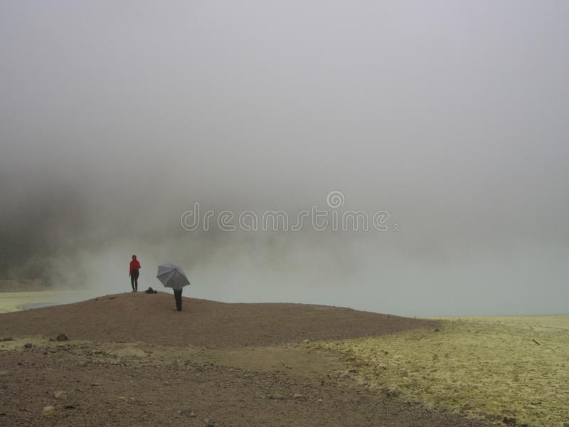 Το Kawah Putih είναι ένα εντυπωσιακό σημείο λιμνών και τουριστών κρατήρων σε ένα volc στοκ φωτογραφία
