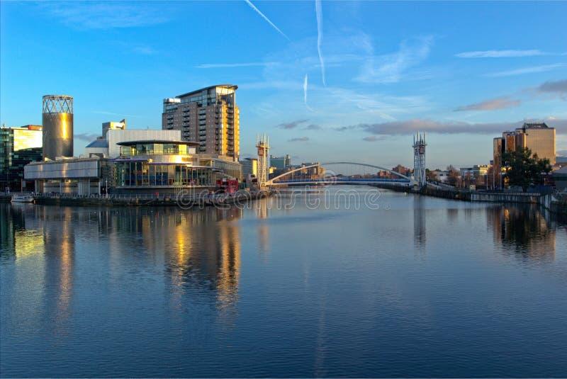Το Lowry και οι αποβάθρες Salford ανυψώνουν τη γέφυρα στοκ εικόνες