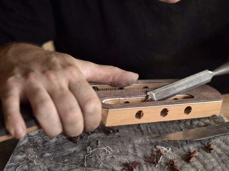 Το Luthier τροποποιεί το κεφάλι της κλασσικής κιθάρας στοκ φωτογραφίες