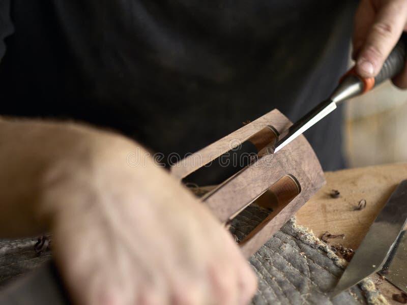 Το Luthier τροποποιεί το κεφάλι της κλασσικής κιθάρας στοκ εικόνα με δικαίωμα ελεύθερης χρήσης