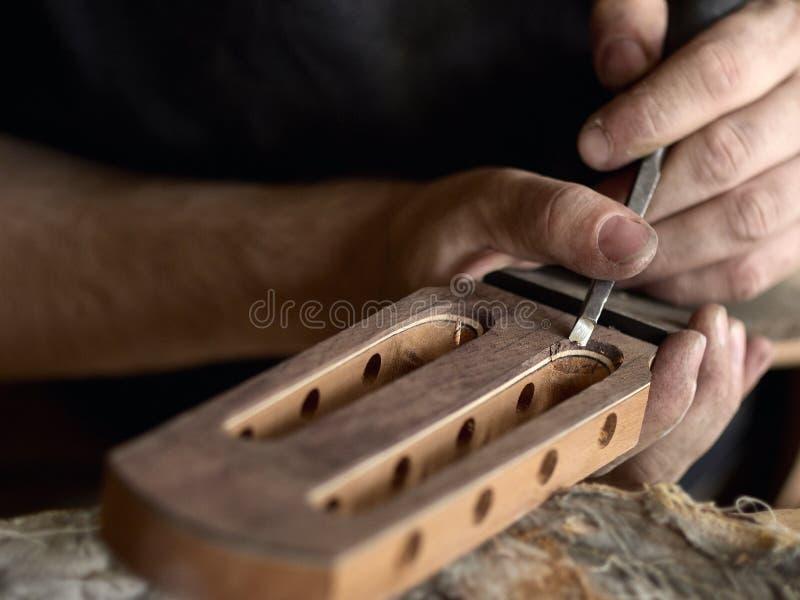 Το Luthier τροποποιεί το κεφάλι της κλασσικής κιθάρας στοκ φωτογραφίες με δικαίωμα ελεύθερης χρήσης