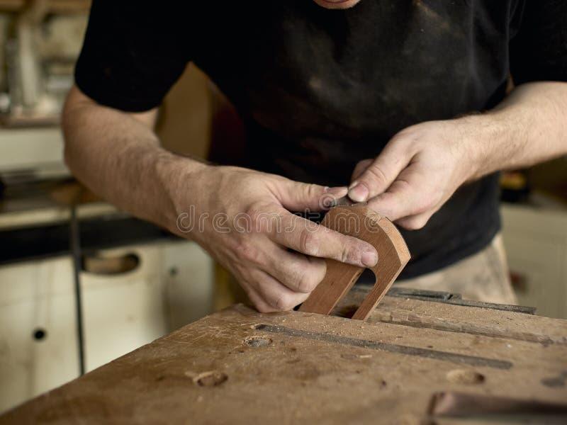 Το Luthier τροποποιεί το κεφάλι της κλασσικής κιθάρας στοκ φωτογραφία