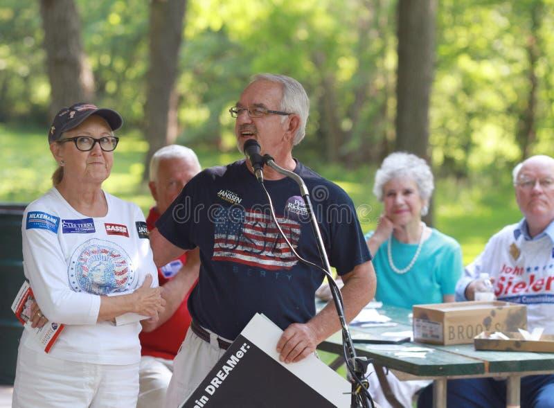 Το Marty καφετί, φορολογούμενοι της Νεμπράσκας υπηκοότητας VP για την ελευθερία, μιλά στη συνάθροιση κόμματος τσαγιού στοκ φωτογραφίες