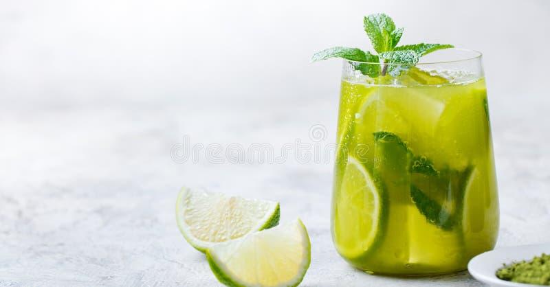 Το Matcha πάγωσε το πράσινο τσάι με τον ασβέστη και τη φρέσκια μέντα σε ένα μαρμάρινο υπόβαθρο διάστημα αντιγράφων στοκ εικόνες
