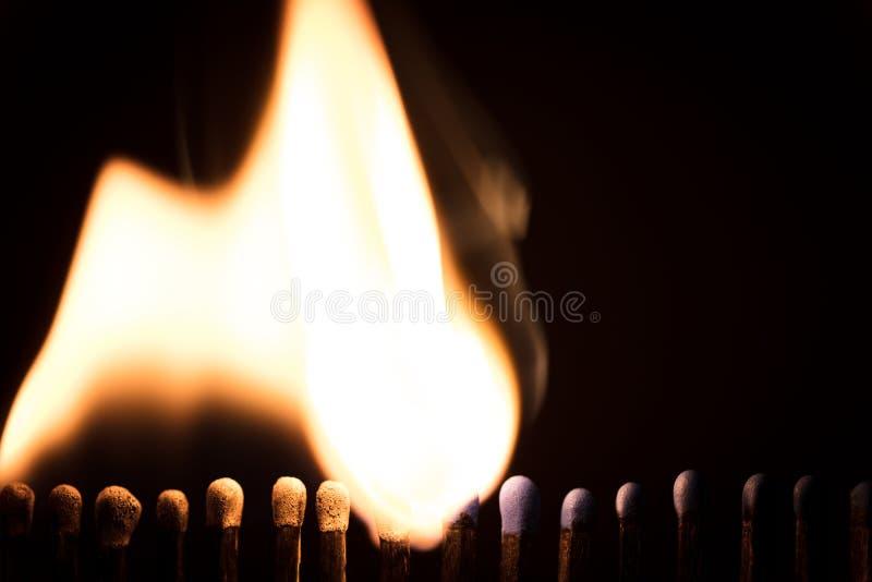 Το Matchsticks καίει μπροστά από το Μαύρο, την πυρκαγιά και τις φλόγες στοκ εικόνα