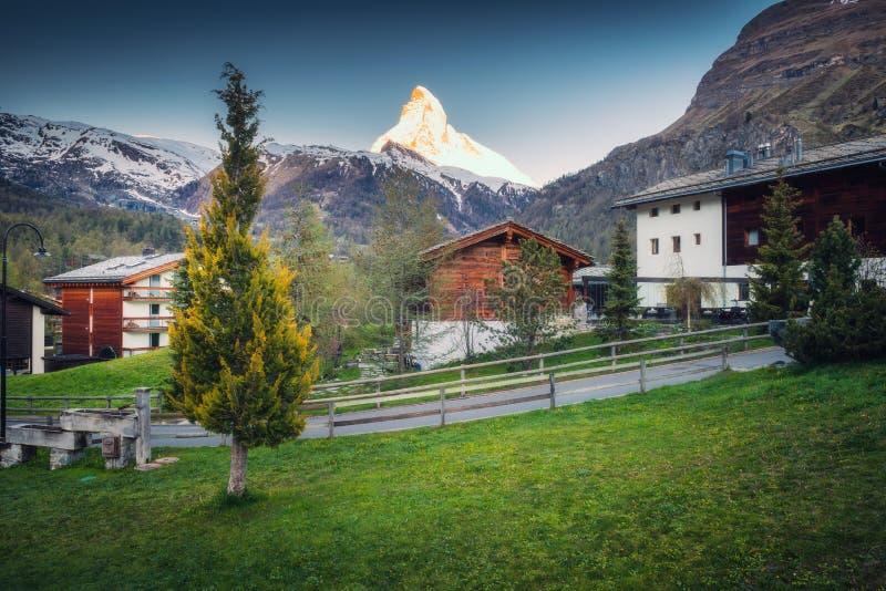 Το Matterhorn τοποθετεί το τοπίο πέρα από την παλαιά κωμόπολη πόλεων Zermatt, Ελβετία , Εικονική παράσταση πόλης της επαρχίας και στοκ εικόνες