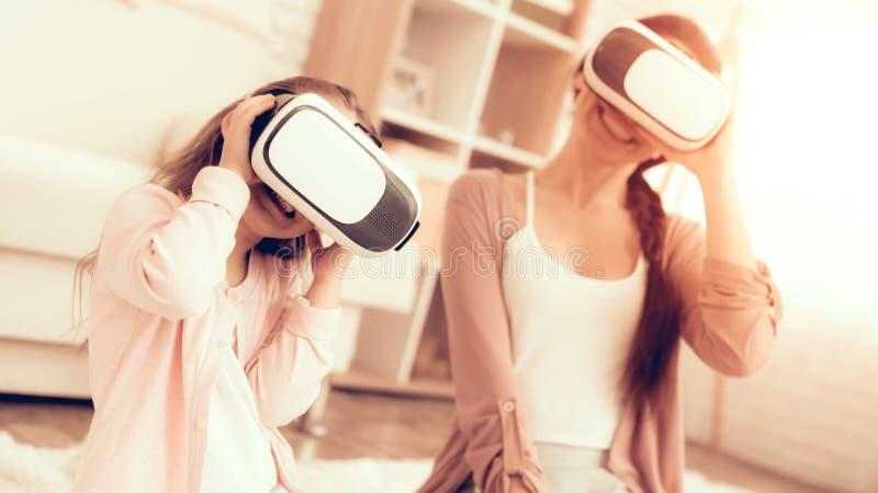 Το Mom έχει τη διασκέδαση με τα γυαλιά εικονικής πραγματικότητας κορών στοκ εικόνες με δικαίωμα ελεύθερης χρήσης
