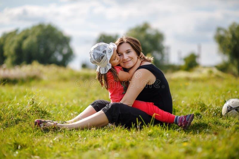 Το Mom και η κόρη αγκαλιάζουν στοκ εικόνες