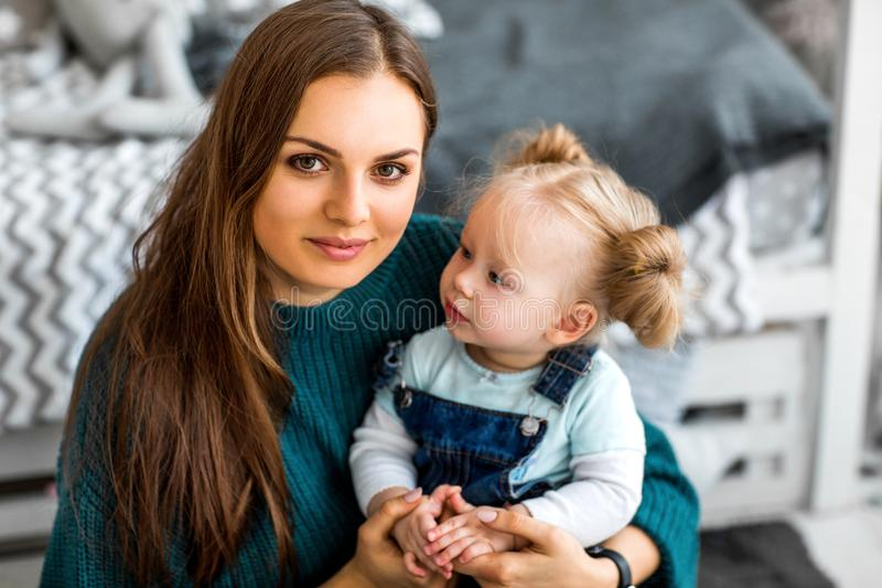 Το Mom και η κόρη είναι στο σπίτι στο δωμάτιο, ημέρα μητέρων ` s στοκ φωτογραφίες με δικαίωμα ελεύθερης χρήσης