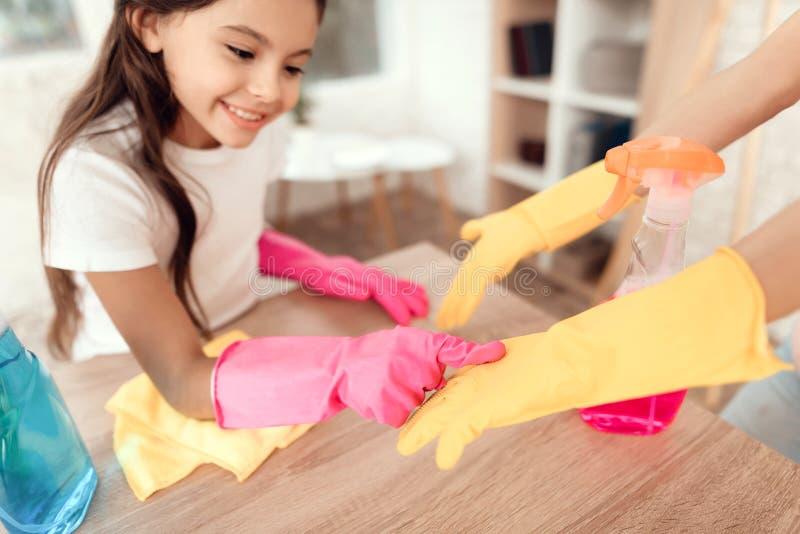 Το Mom και η κόρη καθαρίζουν στο σπίτι Στέκονται δίπλα στο να δειπνήσουν πίνακα και τον ανόητο γύρω στοκ εικόνες με δικαίωμα ελεύθερης χρήσης