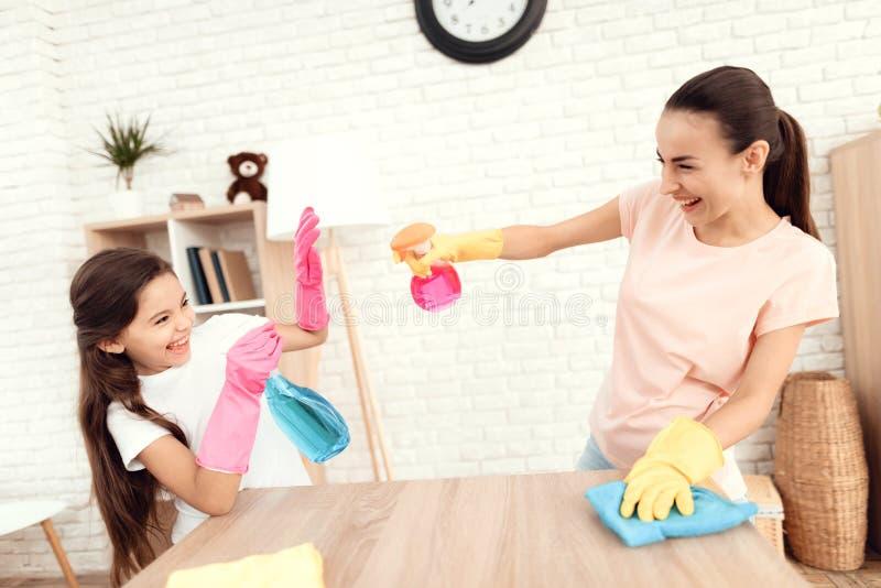 Το Mom και η κόρη καθαρίζουν στο σπίτι στοκ φωτογραφίες με δικαίωμα ελεύθερης χρήσης