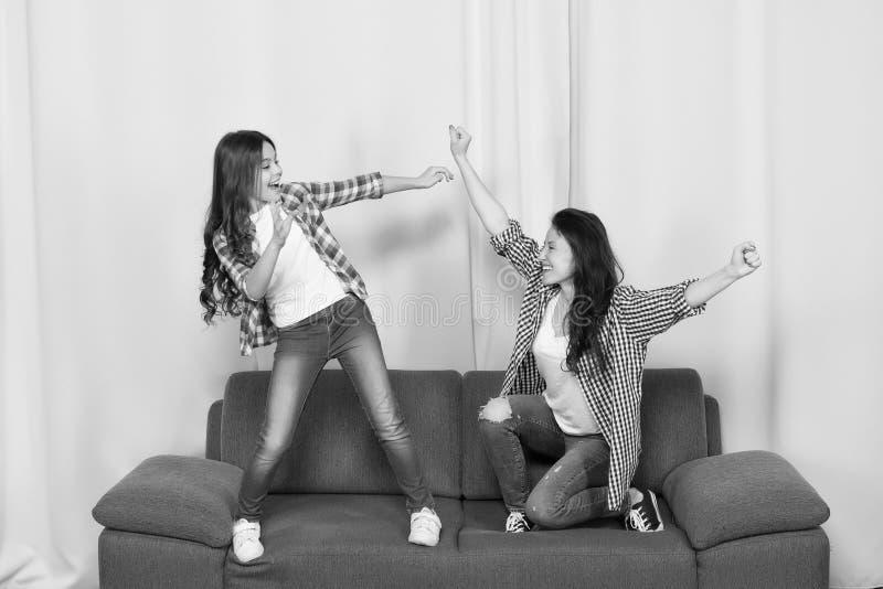 Το Mom και η κόρη κλείνουν τους φίλους Κοριτσίστικη ομάδα Μητέρα και εύθυμη κόρη που έχουν τη διασκέδαση στον καναπέ E Κορίτσια στοκ φωτογραφία με δικαίωμα ελεύθερης χρήσης