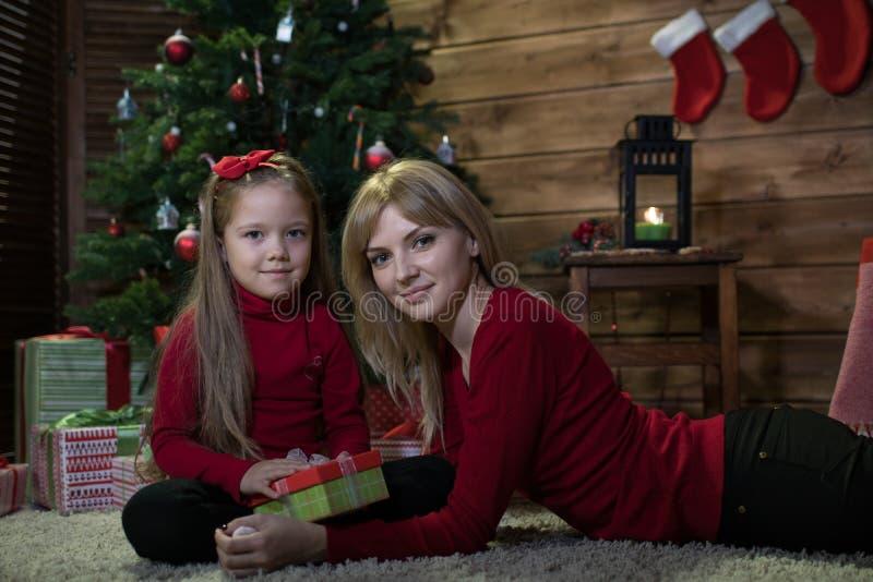 Το Mom και η κόρη συναντούν ευτυχή Χριστούγεννα στοκ εικόνα με δικαίωμα ελεύθερης χρήσης