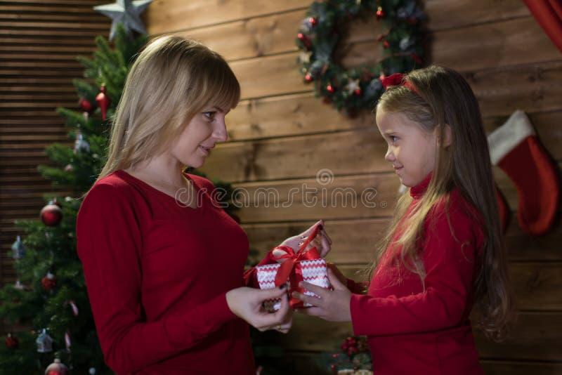 Το Mom και η κόρη συναντούν ευτυχή Χριστούγεννα στοκ εικόνα